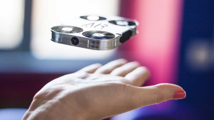 [High-tech] Oubliez les cannes à selfie, adoptez le mini-drône !