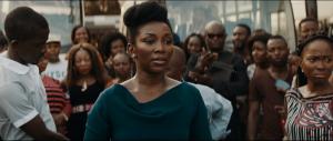 Genevieve Nnaji dans une robe verte dans la foule