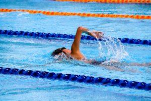 Un homme nageant dans une piscine