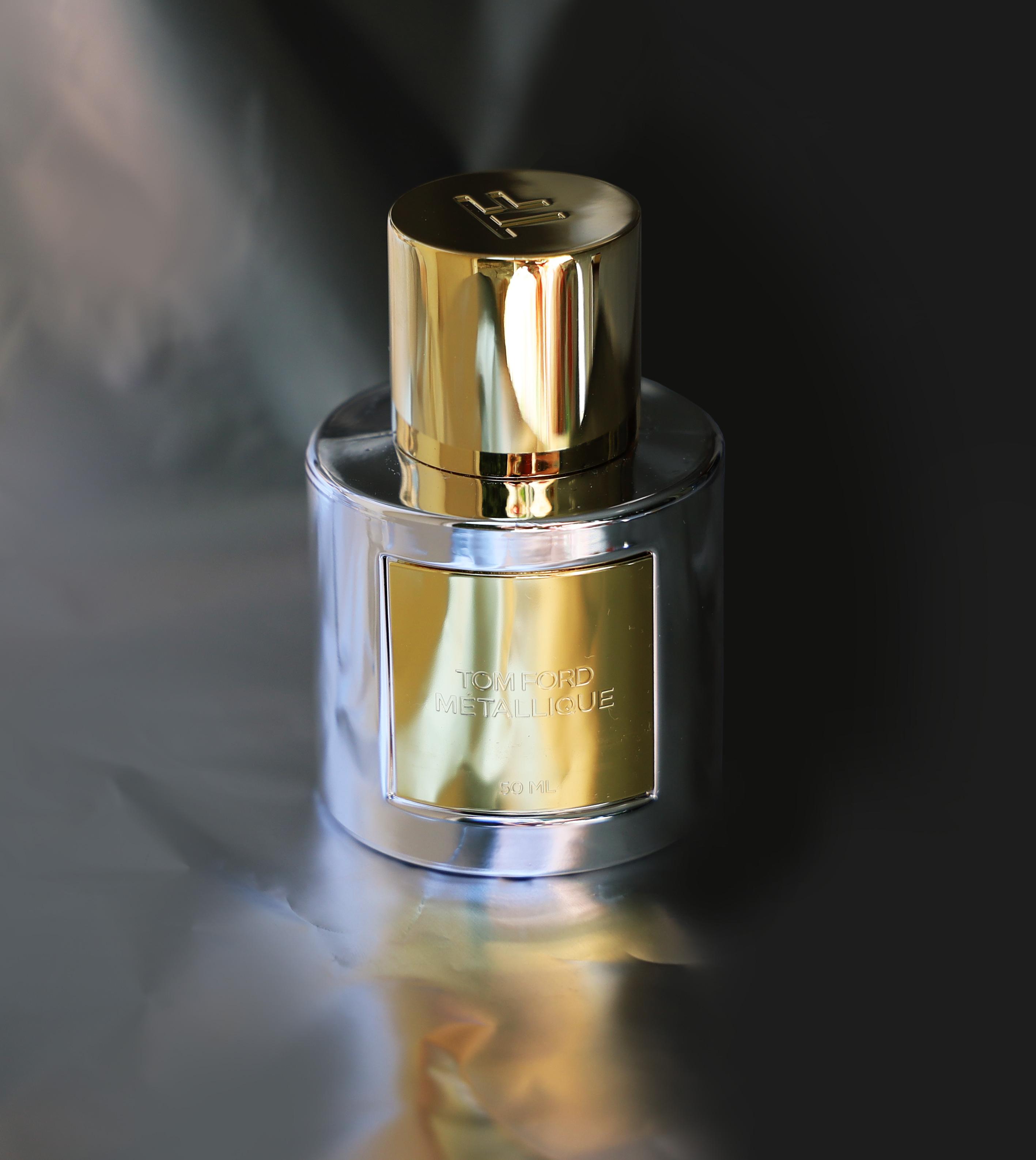 Bouteille de parfum Tom Ford Métallique sur support argenté