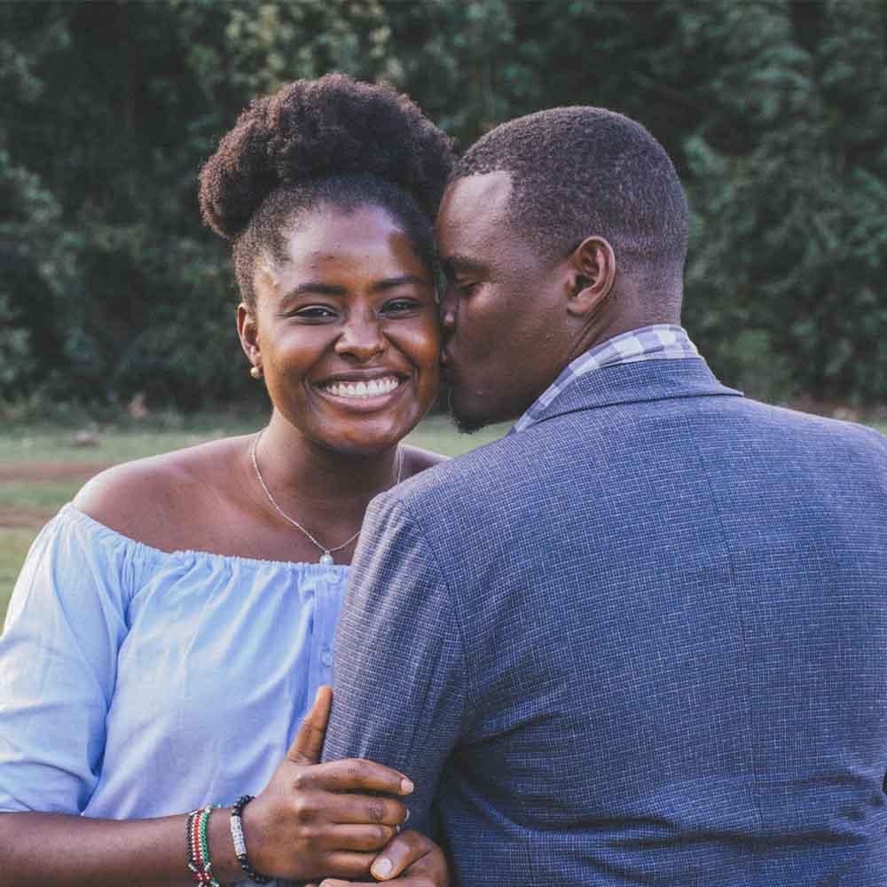 un couple africain souriant