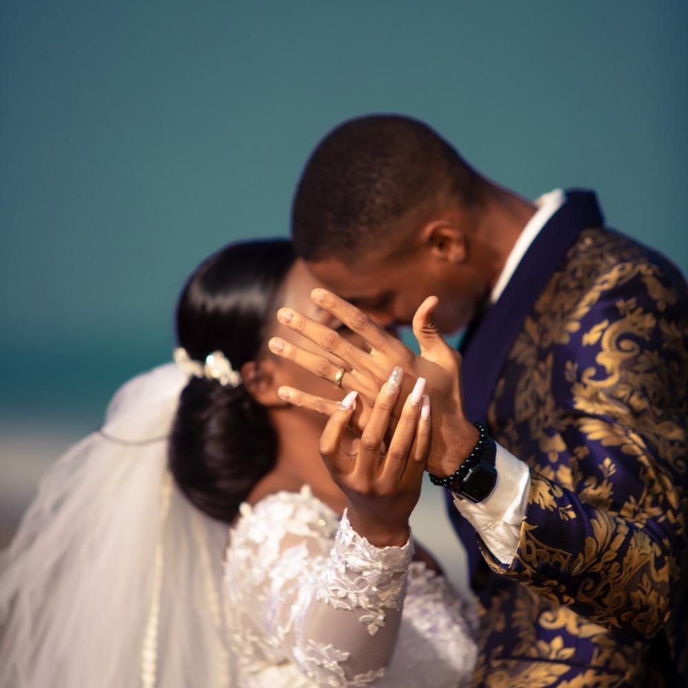 mariage en côte d'ivoire : un couple présente ses bagues